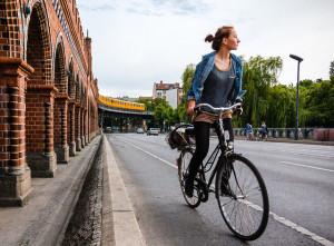 dziewczyna na miejskim rowerze